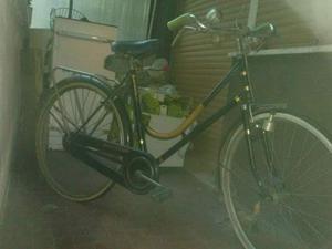Bicicletta vintage particolare per i suoi freni a bacchetta.