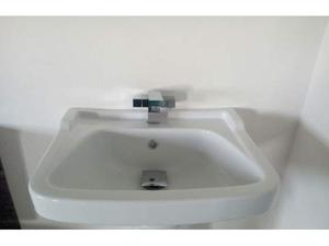 Lavabo in ceramica con bordo