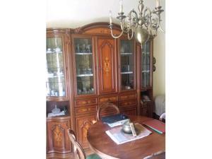 Mobile sala con tavolo rotondo e sedie