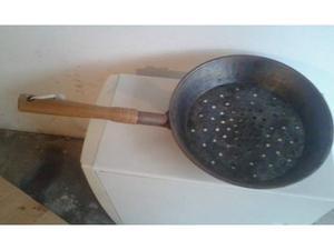 Antica padella per caldarroste con manico in legno