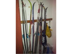 5 paia di sci di diverso tipo e marca