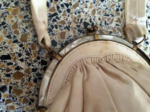 Elegante borsetta in raso bianca con chiusura in madre perla