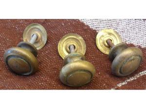 3 vechie maniglie a pomello per mobili in ottone -