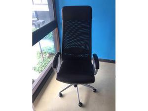 Sedia nera per uso ufficio\casa ben tenuta con appoggia