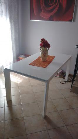Tavolo in legno bianco laccato
