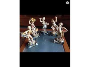 Statue di bambini su base di marmo
