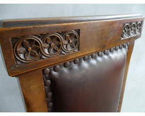 Antica e vecchia sedia in legno da restaurare