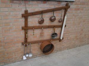 Mensola con attrezzi per cucina di legno e posot class - Attrezzi da cucina per dolci ...