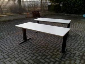 Tavolo da ufficio in legno con gambe in metallo