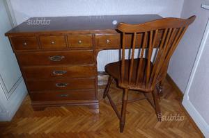 Scrittoio vintage in stile, completo di sedia