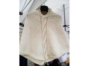 Poncho lavorato a maglia color panna