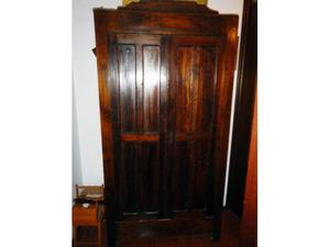 Antico armadio a due ante con cassettone interno