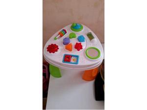 Tavolo giocattolo per bambini con diversi giochi forme e