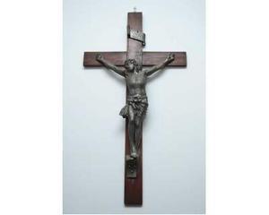 Cristo in ferro su croce in legno