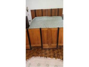 Camera da letto economica antica in legno