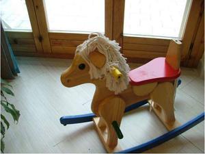 Cavallo a dondolo di legno