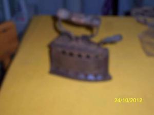 Antico ferro da stiro in ghisa
