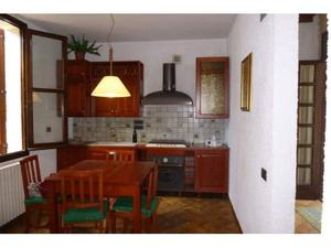 Cucina in legno con tavolo e sedie forno e stufa smeg
