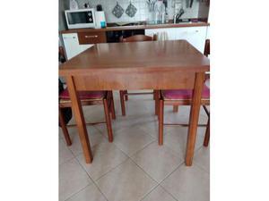 Tavolo allungabile e sedie in legno e vimini