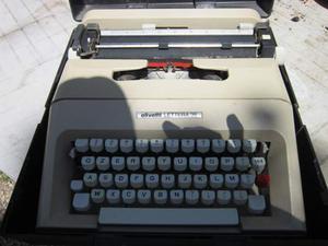 Macchina da scrivere Olivetti lettera 35 con custodia
