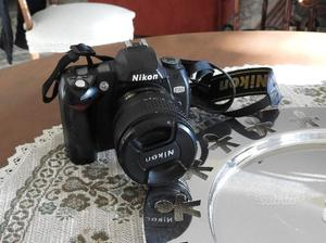 Nikon D70 con obiettivo e caricabatterie
