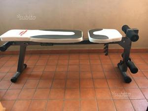 Panca reclinabile con manubri e pesi