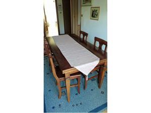 Tavolo rettangolare e quattro sedie in legno massello