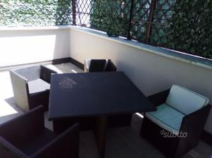 Tavolo e 4 sedie in sintetico intrecciato