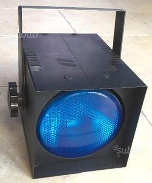 Faro proiettore luce blu atmosfera romantica