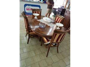 Tavolo in stile con sedie