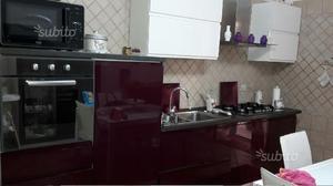 Cucina con parete lucida posot class for Parete attrezzata cucina