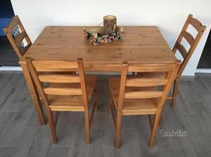 Tavolo in legno e 4 sedie
