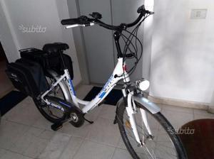 Bicicletta eletrica con pedalata assistita