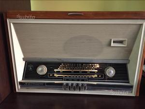 Radio d'epoca con giradischi anni 60 a valvole