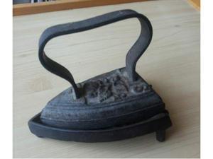 Antico ferro da stiro in ghisa con poggia ferro