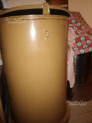 Bidone usat contenitore per olio