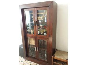 Due mobili (vetrine) in legno massello con ripiani e