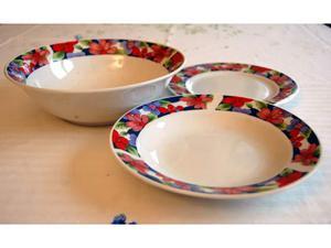 Set di piatti e insalatiera in ceramica con disegno di fiori