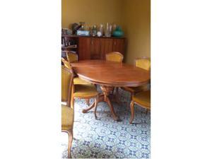 Tavolo ovale allungabile in legno massello.