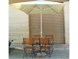 Tavolo, sedie e ombrellone da giardino