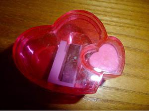 Temperino a forma di cuore con gommina
