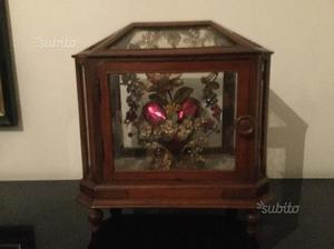 Antica teca in legno e vetro con cuore
