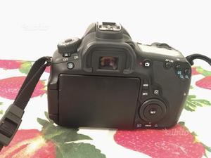 Canon EOS 60D con obiettivi flash e borsa
