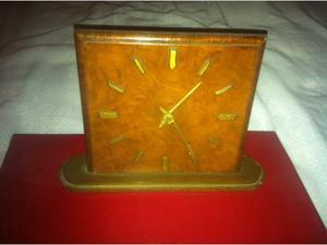 Orologio da tavolo in radica di Tuia.