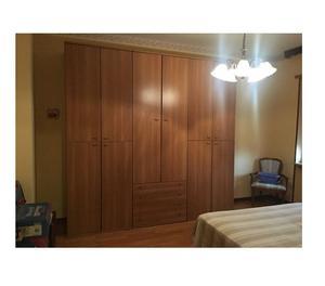 letti scorrevoli su parete in legno con armadio e scrivania