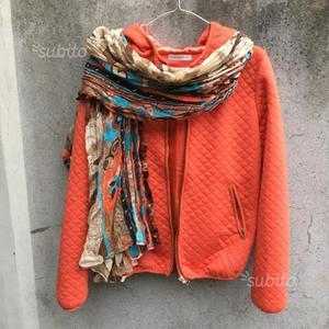 Bomberino arancione con cappuccio e sciarpa