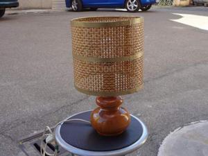 Lampada con base in legno e vimini