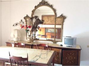 Tavolo bianco stile anni 60 con 2 poltrocine in posot class for Stile anni 60 arredamento