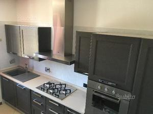 Cucina componibile rimodulabile in rovere grigio | Posot Class