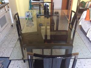 Tavolo in cristallo con quattro sedie